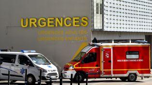 Une ambulance et un fourgon de pompiers devant l'entrée des urgences de Nantes (Loire-Atlantique), le 16 mars 2017. (LOIC VENANCE / AFP)