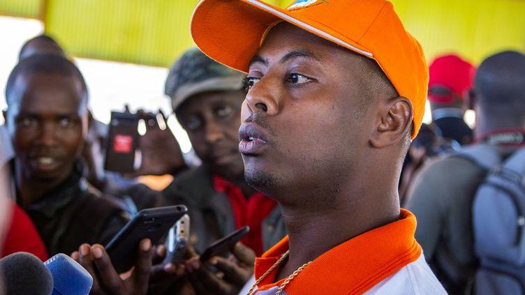 Le chanteur rwandais Kizito Mihigo photographié lors de sa sortie de prison à Kigali le 15 septembre 2018. (JEAN BIZIMANA / REUTERS)