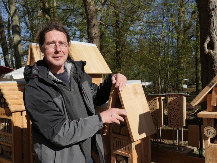 Bernard Cwiek, fabricant d'hôtels à insectes en Belgique. (ISABELLE MORAND / RADIO FRANCE / FRANCE INFO)