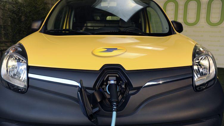 Un véhicule électrique de La Poste, le 31 octobre 2014, a Issy-les-Moulineaux (Hauts-de-Seine). (ERIC PIERMONT / AFP)