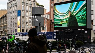 Un écran digital installé en ville à Milan pour la Fashion Week masculine présentant les collections automne-hiver 2021-22, le 15 janvier 2021 (MIGUEL MEDINA / AFP)