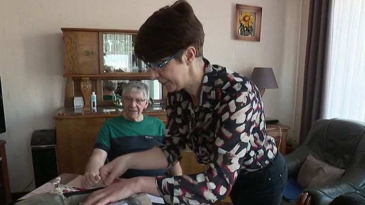 Populations très vulnérables au Covid-19, de nombreuses personnes âgées ne peuvent pas se passer de soin à domiciles. Alors pour les infirmiers, des précautions sont nécessaires. (France 2)