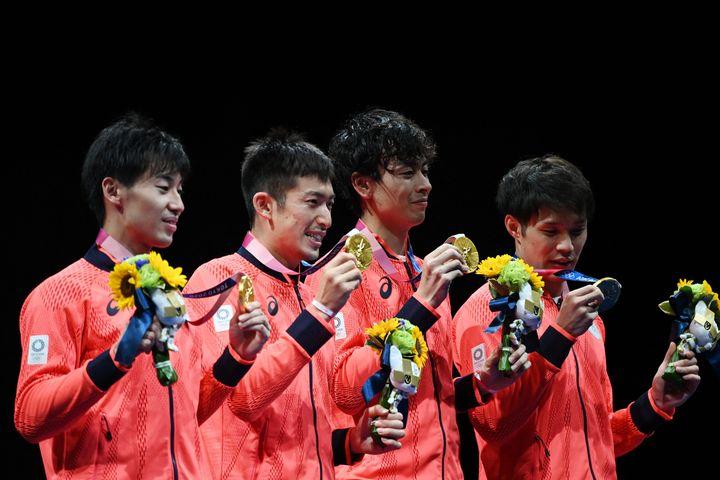 Les épéistes japonais, premiers Nippons à remporter une médaille d'or en escrime aux Jeux olympiques, le 30 juillet à Tokyo (MOHD RASFAN / AFP)