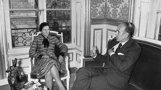 29 novembre 1974 : Valéry Giscard d'Estaing reçoit à l'Élysée Simone Veil, alors ministre de la Santé, après l'adoption de la loi qui légalise l'IVG. (AFP)