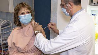 Un médecin généraliste vaccine une de ses patientes avec le vaccin AstraZeneca contre le Covid-19, le 4 mars 2021, à Nice (Alpes-Maritimes). (SYSPEO / SIPA)