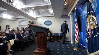 Le président américain Barack Obama quitte la salle de conférence de presse de la Maison Blanche, le 30 septembre 2013 à Washington. (SAUL LOEB / AFP)