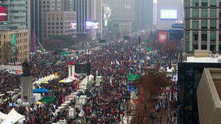 Un million de manifestants se sont réunis à Seoul, en Corée du Sud, le 26 novembre 2016, pour réclamer la démission de leur présidente. (JEON HEON-KYUN / POOL / AFP)