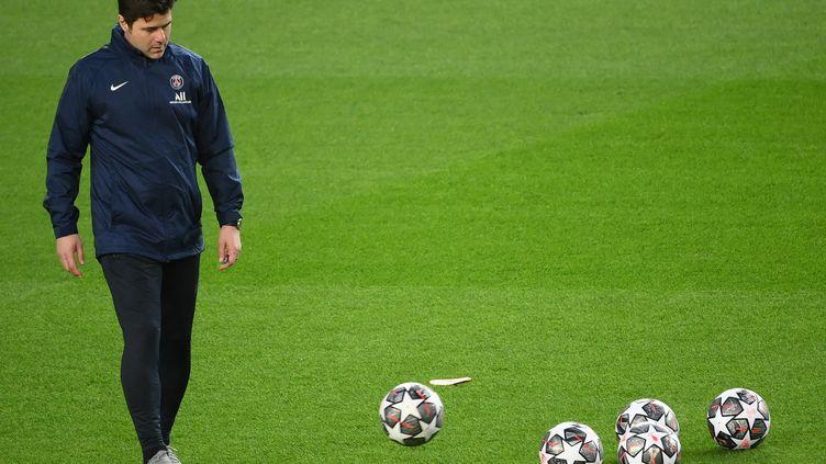 Mauricio Pochettino doit préparer le match contre Saint-Etienne avec de nombreux absents.  (LLUIS GENE / AFP)