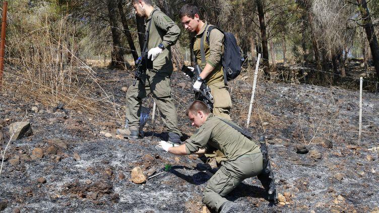 Des soldats israéliens en patrouille le 2 septembre 2019 le long de la frontière avec le Liban, à la recherche de débris des projectiles lancés la veille par le Hezbollah. (JACK GUEZ / AFP)