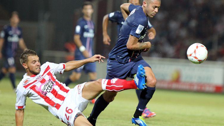 Jérémy Menez n'a pas su trouver la clé pour offrir la première victoire du PSG cette saison (Ajaccio, Corse, le 19 août 2012). (PASCAL POCHARD-CASABIANCA / AFP)