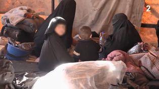 Des femmes et des enfants dans le camp syrien d'Al-Hol, où sont regroupées notamment des compagnes de jihadistes. (FRANCE 2)