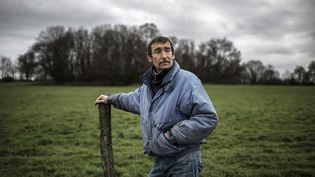 Philippe Layat, dernier agriculteur à s'opposer à l'expropriation d'une partie de ses terres pour la construction du futur Grand Stade de Lyon, pose sur son terrain de Décines (Rhône), le 5 décembre 2012. (JEFF PACHOUD / AFP)