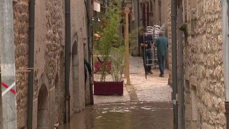 La Corse a été sévèrement touchée hier par les intempéries. Les Cévennes n'ont pas été épargnées, avec des records de précipitations en Lozère. L'eau est montée particulièrement vite à Saint-Énimie (Lozère), déjà impact éepar l'absence de touristes avec la crise sanitaire. (FRANCE 3)