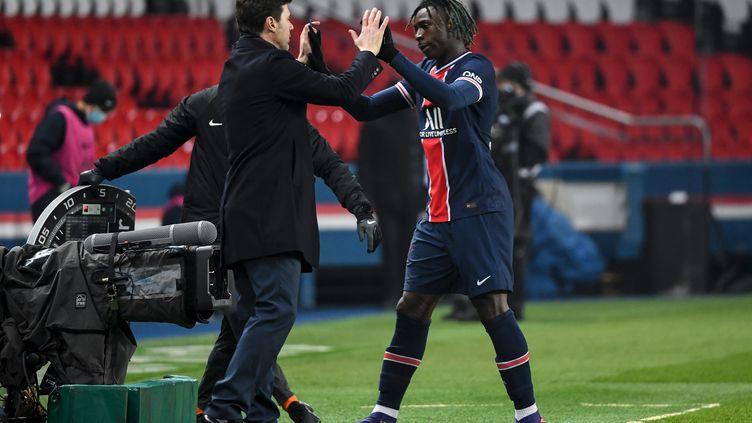Moise Kean est félicité par Mauricio Pochettino après son but face à Brest (ALAIN JOCARD / AFP)