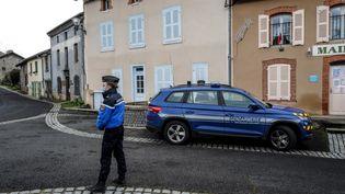 Trois gendarmes ont été tués par un forcené à Saint-Juste, dans le Puy-de-Dôme, dnas la nuit du 22 au 23 décembre 2020. (OLIVIER CHASSIGNOLE / AFP)