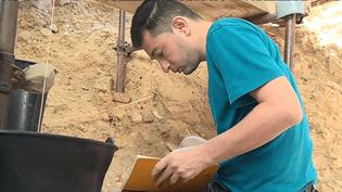 Firas Jabbour participe à des fouilles archéologiques à Tautavel, dans les Pyrénées-Orientales, depuis le 1er août 2017. (FRANCE 3 / CULTUREBOX)