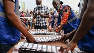 Décompte des votes lors du scrutin présidentiel et légilatif du 7 décembre 2020, dans un bureau de vote de Techiman (Ghana) (NIPAH DENNIS / AFP)