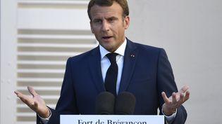 Emmanuel Macron lors d'une conférence de presse commune avec Angela Merkel, le 20 août 2020 au Fort de Brégançon (Var). (CHRISTOPHE SIMON / POOL / AFP)