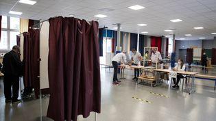 Un bureau de vote à l'Hôtel de Villede Paris, lors du second tour des élections municipales, le 28 juin 2020. (JOEL SAGET / AFP)