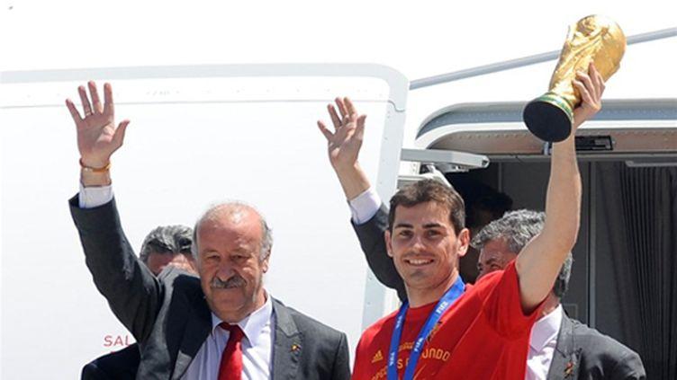 Le gardien et capitaine espagnol Iker Casillas et le sélectionneur Vincente Del Bosque ovationnés à la sortie de l'avion en provenance de l'Afrique du Sud (DANI POZO / AFP)