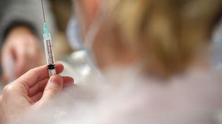 Une infirmière prépare une seringue contenant une dose du vaccin Pfizer-BioNtech dans un centre de vaccination à Quimper(Finistère), le 16 février 2021. (FRED TANNEAU / AFP)