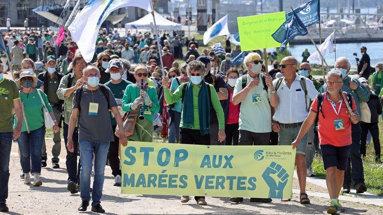 Manifestation pour dénoncer la pollution aux algues vertes à Lorient, samedi 5 juin 2021. (FRANCOIS DESTOC / MAXPPP)