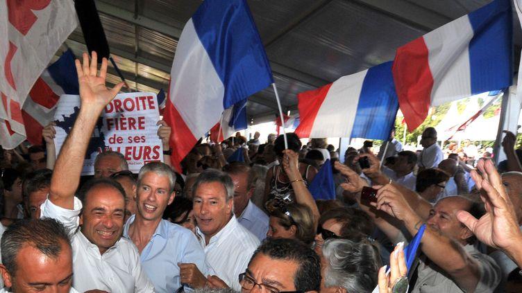 Jean-François Copé fend la foule à son arrivée à Châteaurenard (Bouches-du-Rhône), le 26 août 2012. (GERARD JULIEN / AFP)