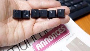 """Des touches de clavier forment le mot """"senior"""" sur une page d'annonces d'emploi. (MAXPPP)"""