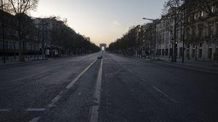 Les Champs-Elysées désertés au sixième jour du confinement, le 20 mars 2020. (NICOLAS PORTNOI / HANS LUCAS / AFP)