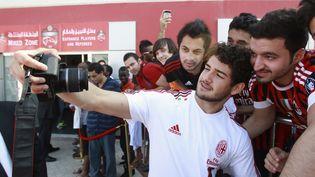 L'attaquant brésilien du Milan AC Pato se prend en photo avec des supporters de l'équipe, le 31 décembre 2011, à Dubaï. (ABDULLAH SALEM / REUTERS)