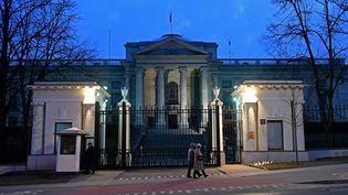 L'ambassade de Russie à Varsovie (Pologne) le 26 mars 2018. (JANEK SKARZYNSKI / AFP)