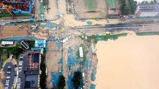 Depuis le 16 juillet dernier, de fortes inondations touchent le centre de la Chine, détruisant des quartiers entiers dans les villes et submergeant des dizaines de milliers d'hectares de cultures dans la province du Henan. (VCG / VISUAL CHINA GROUP / GETTY)