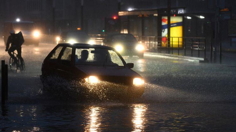 Une rue inondée du Mans (Sarthe), le 4 juin 2018. (JEAN-FRANCOIS MONIER / AFP)