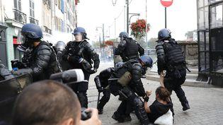 Des gendarmes interpellent un homme lors d'une manifestation non-autorisée organisée en marge du G7, à Bayonne (Pyrénées-Atlantiques), samedi 24 août 2019. (THOMAS SAMSON / AFP)
