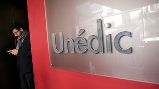 Une plaque Unédic à l'entrrée de ses bureaux parisiens. Photo d'illustration. (VINCENT ISORE / MAXPPP)