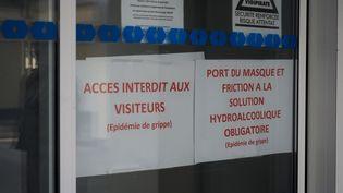 Des messages alertant sur l'épidémie de grippe à l'entrée d'une maison de retraite deChapelle-Saint-Mesmin (Loiret), le 27 janvier 2019. (GUILLAUME SOUVANT / AFP)