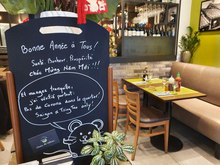 Un message humoristique sur une ardoise dans le restaurant de Pascal dans le 13e arrondissement de Paris, le 1er février 2020. (LAURIANE DELANOE / RADIO FRANCE)