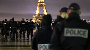 Manifestation de policiers, au Trocadéro, à Paris, le 2 janvier 2018, après l'agression de leurs collègues à Champigny-sur-Marne. (JULIEN MATTIA / NURPHOTO / AFP)