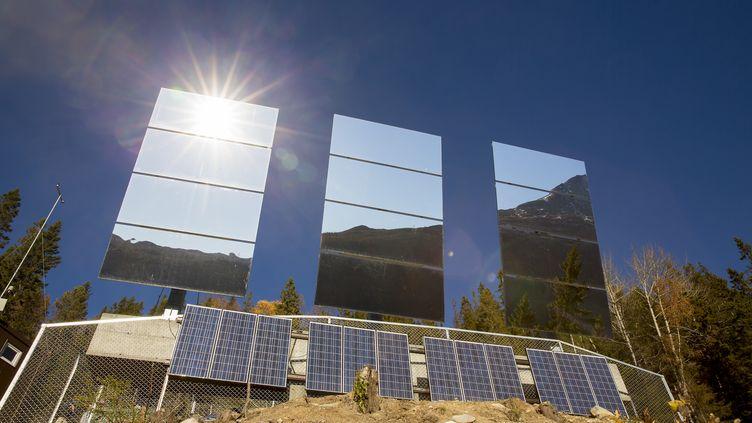 Trois miroirs géants de 17 m2 chacun se dressent au nord de Rjukan (Norvège). Pilotés par ordinateur, ils suivront en permanence la trajectoire du soleil pour en refléter les rayons vers la place du marché. (MEEK, TORE / NTB SCANPIX / AFP)