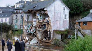 Une maison à la façace arrachée par la tempête Dirk à Quimperlé (Finistère), le 25 décembre 2013. (FRED TANNEAU / AFP)
