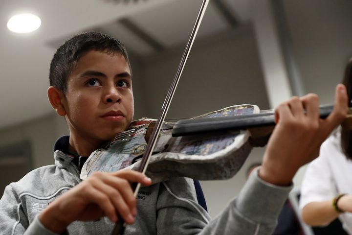 One of the musicians of the Orchestra of Recycled Instruments of Cateura (SEBASTIAN MARISCAL/EFE/SIPA / EFE)