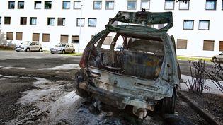 Une voiture brûlée dans un quartier au sud de Lille, le 14 juillet 2009. (PHILIPPE HUGUEN / AFP)