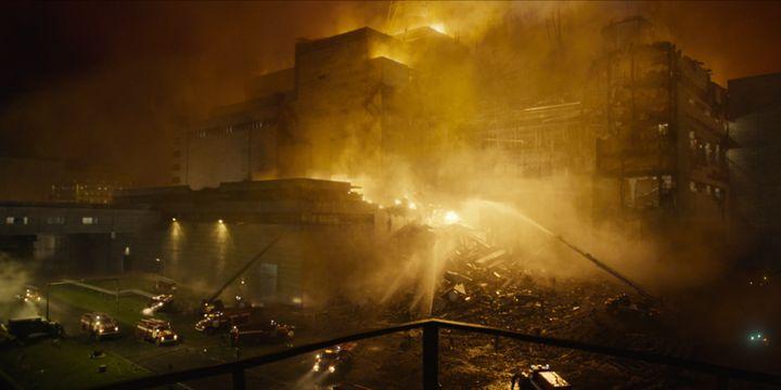 """La scène dans la série """"Chernobyl"""" où les premiers pompiers tentent d'éteindre l'incendie dans la centrale. (HBO)"""