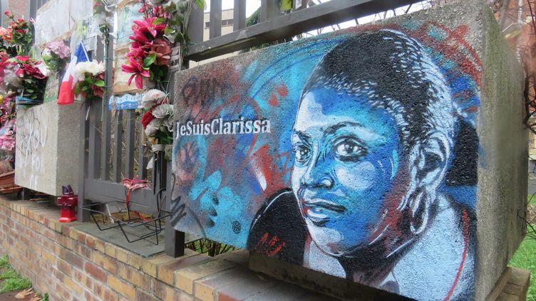 A quelques mètres d'une plaque à la mémoire de Clarissa Jean-Philippe, la famille de la jeune policière s'est aussi recueillie devant un portrait réalisé par l'artiste C215.  (ANTHONY LIEURES / MAXPPP)