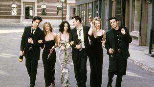 """Les acteurs de """"Friends"""" posent pourprésenter la saison 6, en 1999. (NBC / NBCUNIVERSAL / GETTY IMAGES)"""