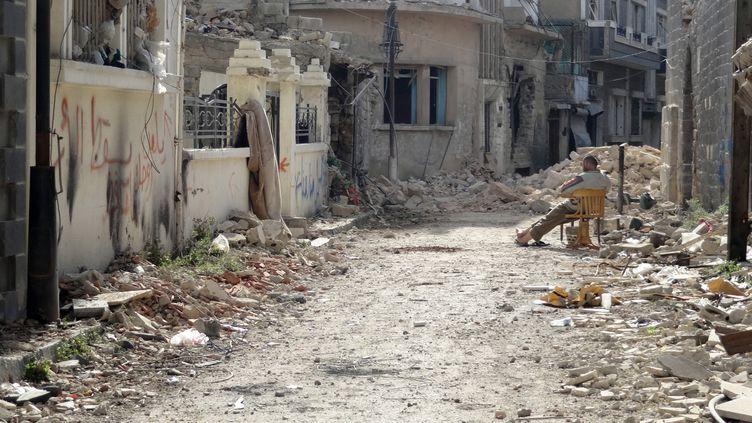 Un homme patiente dans une rue de Homs, au centre de la Syrie, le 31 janvier 2014. (MOHAMAD ABU HAMZA / AFP)