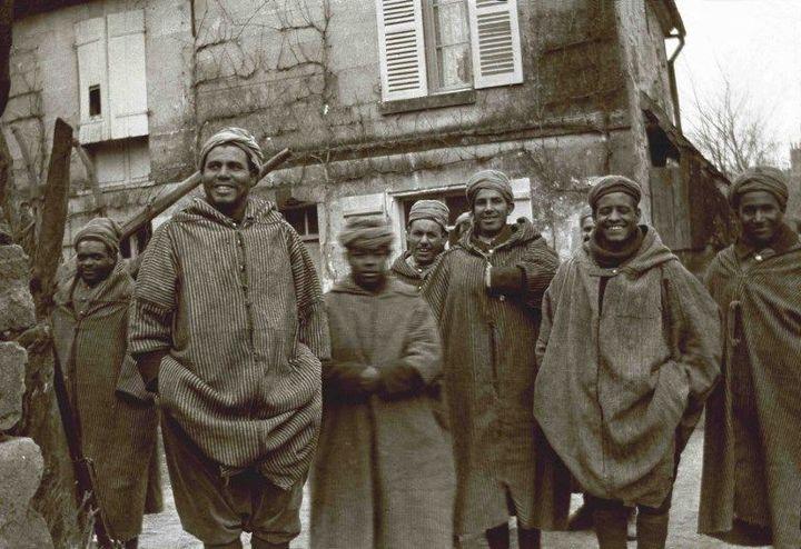 Groupe de soldats maghrébins de l'armée française posant en djellabas pendant la Première guerre mondiale. Date de la photo inconnue. (AFP - Gusman/Leemage)