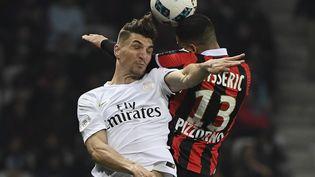 Le Parisien Thomas Meunier à la lutte sur un ballon aérien lors du match Nice-PSG, perdu par les Parisiens 1-3 à l'Allianz Riviera, le 30 avril 2017. (YANN COATSALIOU / AFP)