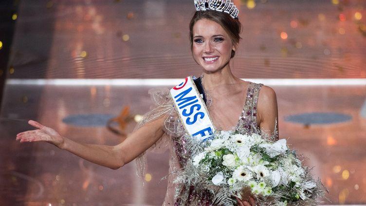 Amandine Petit, Miss Normandie, est sacrée Miss France 2021, le 19 décembre 2020 au Puy du Fou (Vendée). (LOIC VENANCE / AFP)
