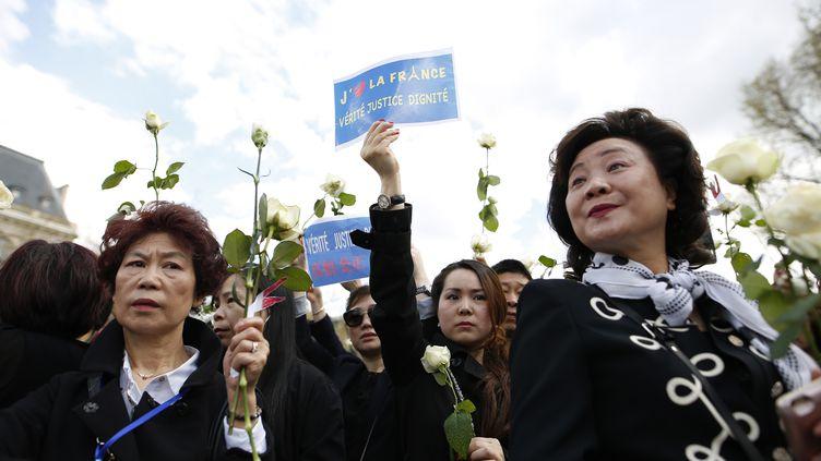 Des femmes participent à un homme à Liu Shaoyo, le 2 avril 2017, place de la République, à Paris. (BENJAMIN CREMEL / AFP)